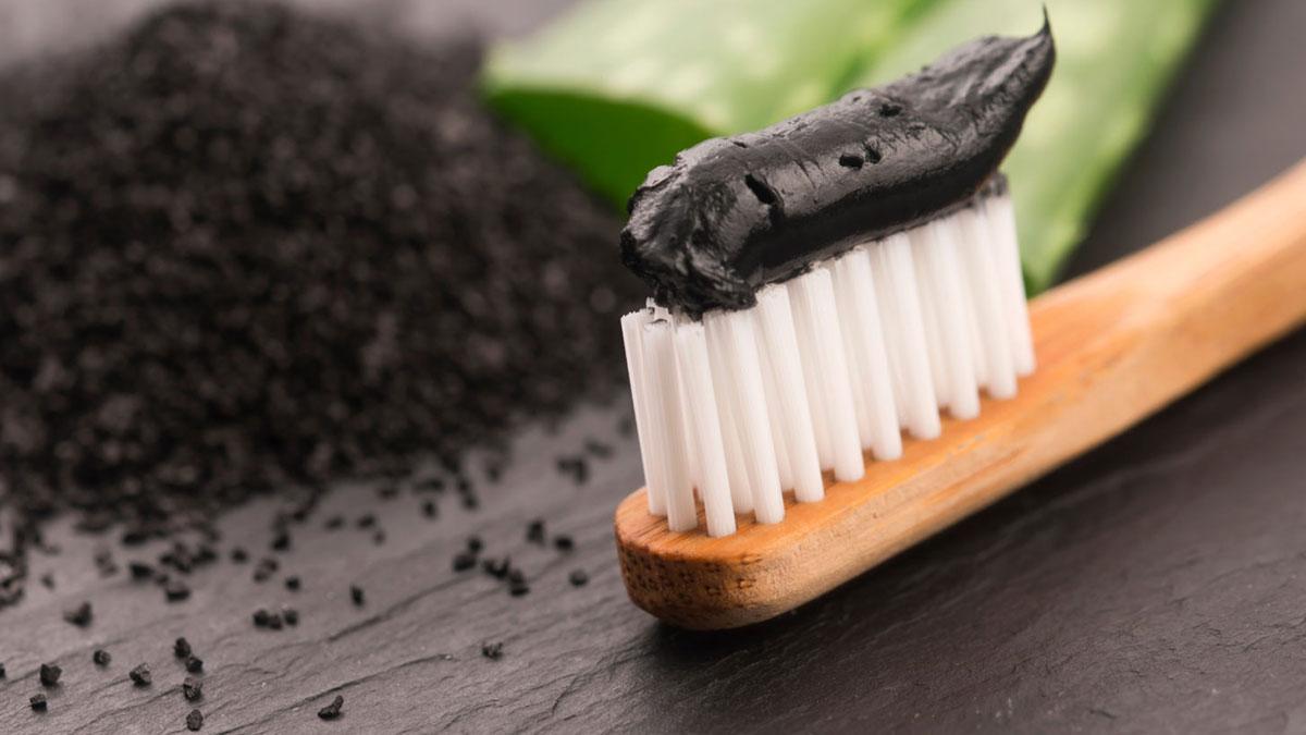 Зубная щетка с черной зубной пастой