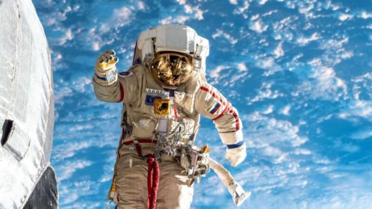 Российский космонавт в открытом космосе МКС