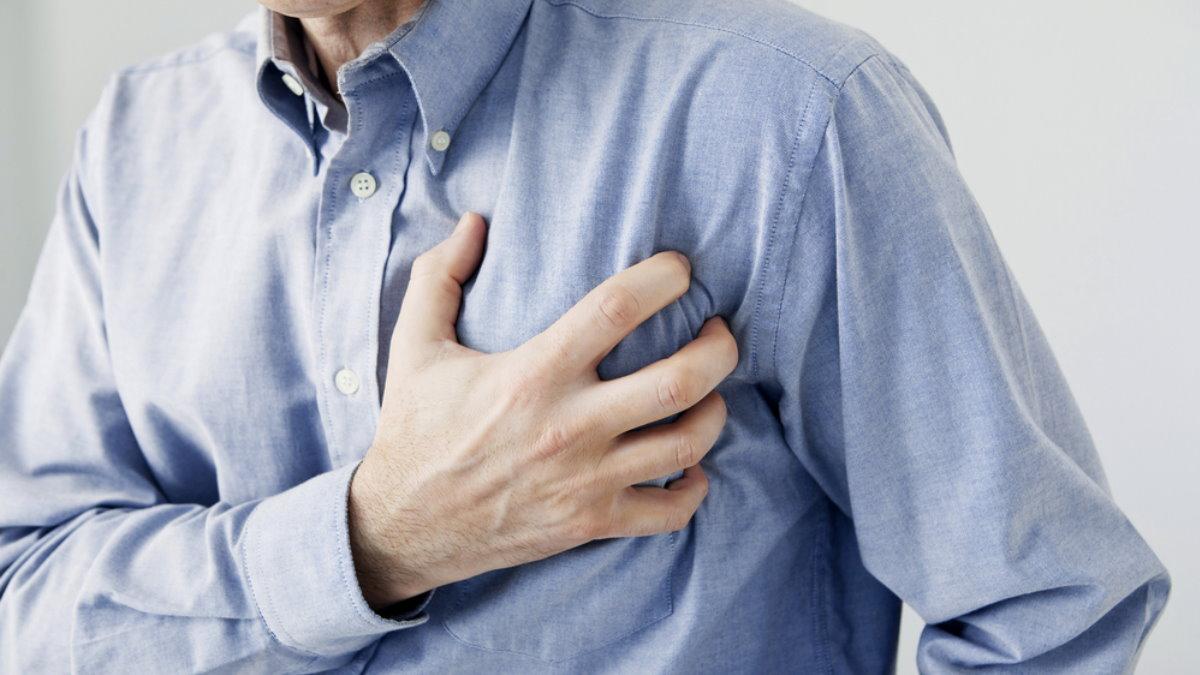 Сердечный приступ Инфаркт боль в груди мужчина один