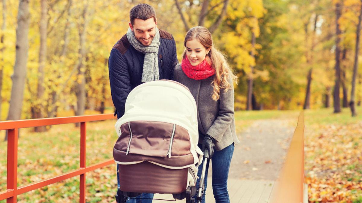 Семья ребёнок младенец детская коляска осень
