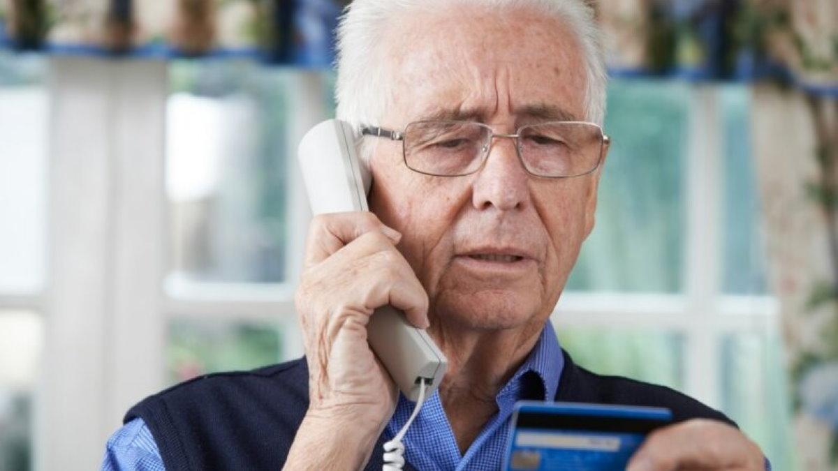 Пожилой мужчина пенсионер старик дедушка телефон кредитная карта мошенники