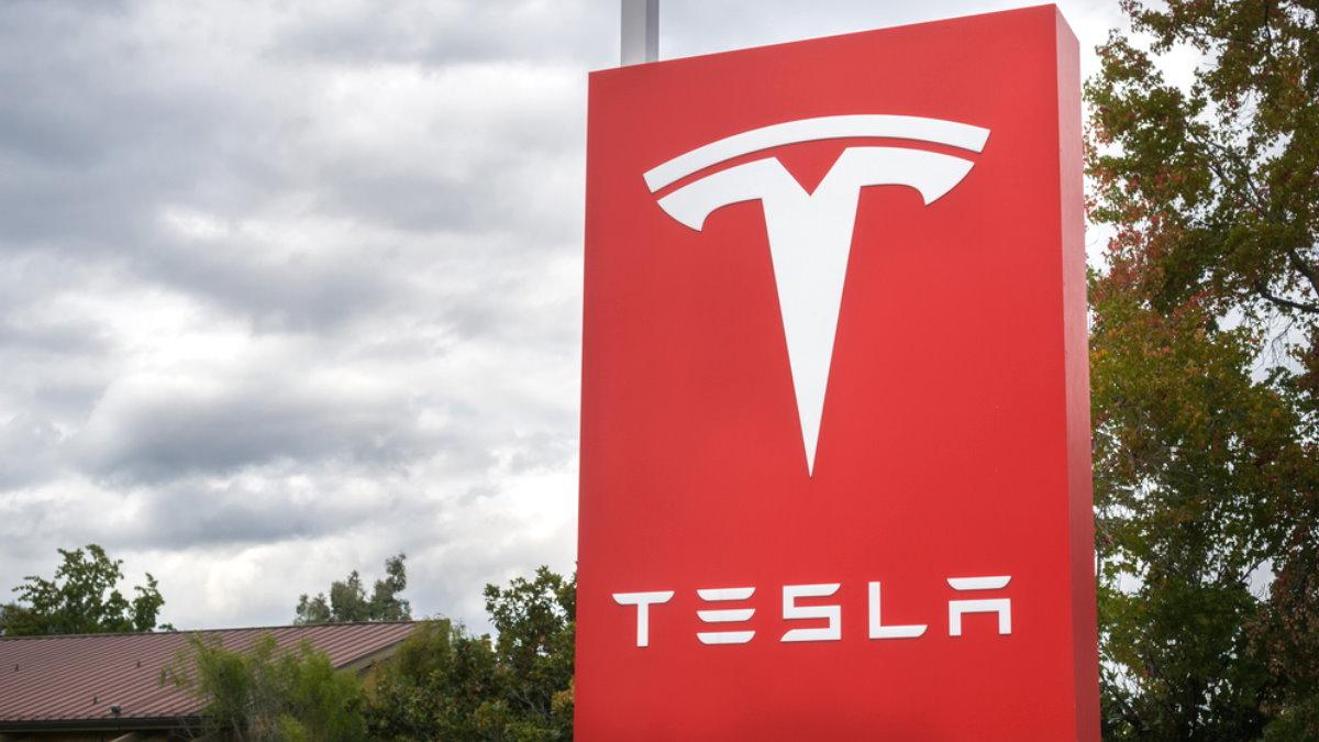 Tesla отзывает неменее 10 000 авто, укоторых сносит крышу