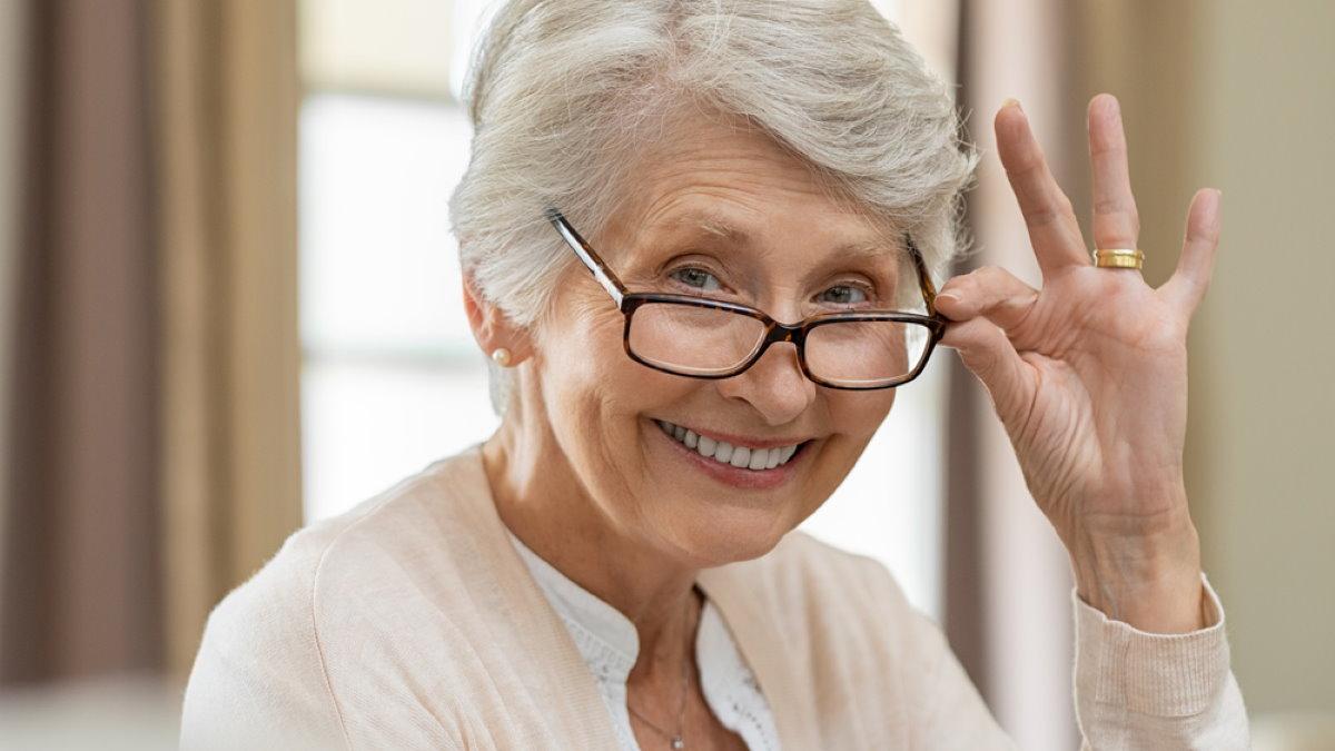 Счастливая пожилая женщина бабушка долголетие один