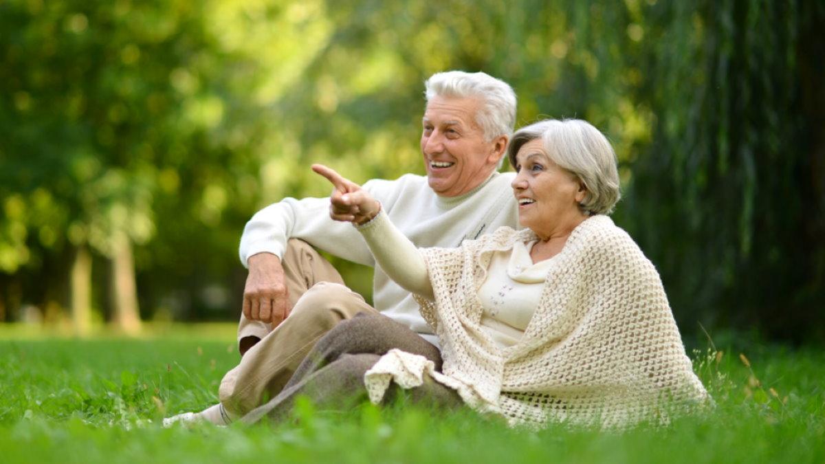 Счастливая пожилая пара долголетие один