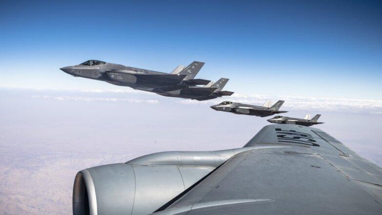 F-35A Lightning II ВВС США и F-35I Adirs ВВС Израиля летают вместе с Stratotanker KC-135R ВВС США во время учений Enduring Lightning III над Израилем