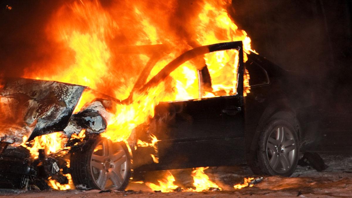 машина в огне горящий авто