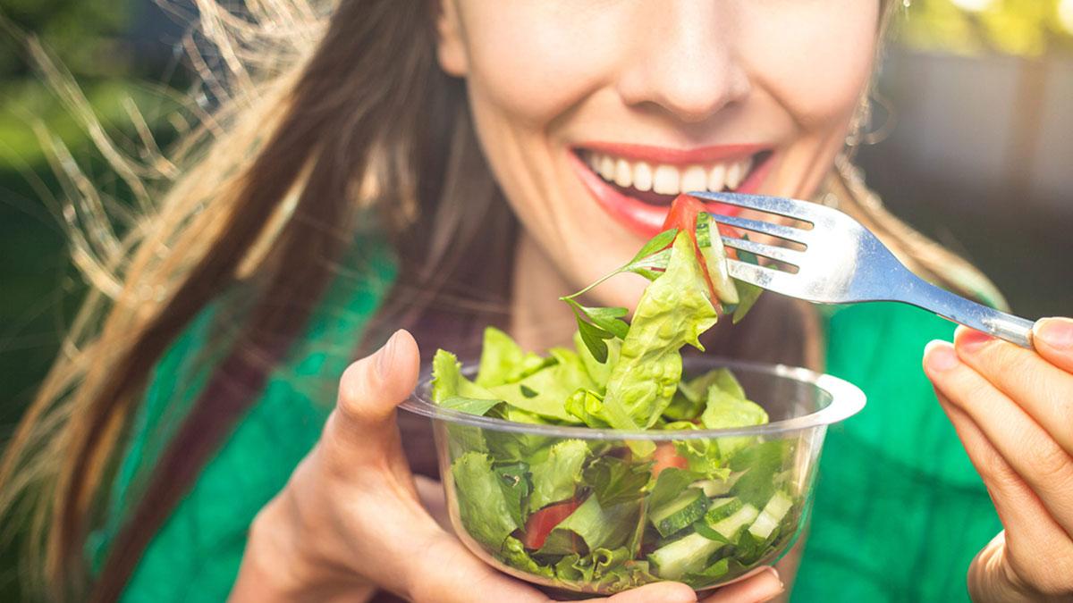 здоровое питание салат девушка улыбка диета