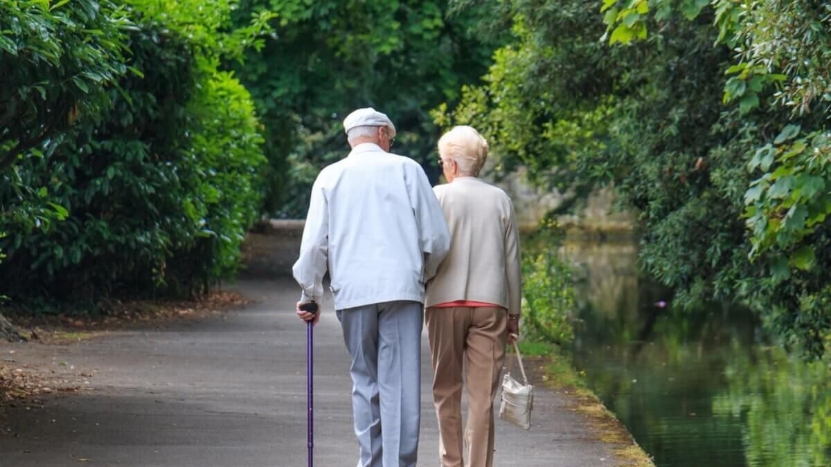 Пожилая пара старость пенсионеры прогулка