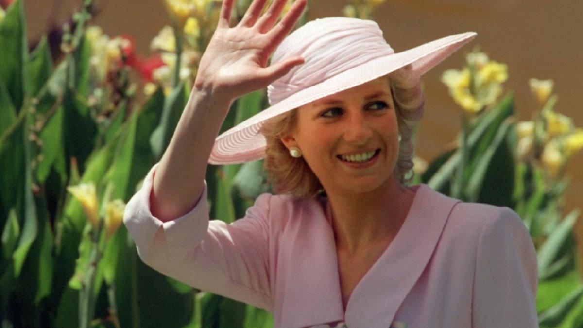 Принцесса Диана машет рукой