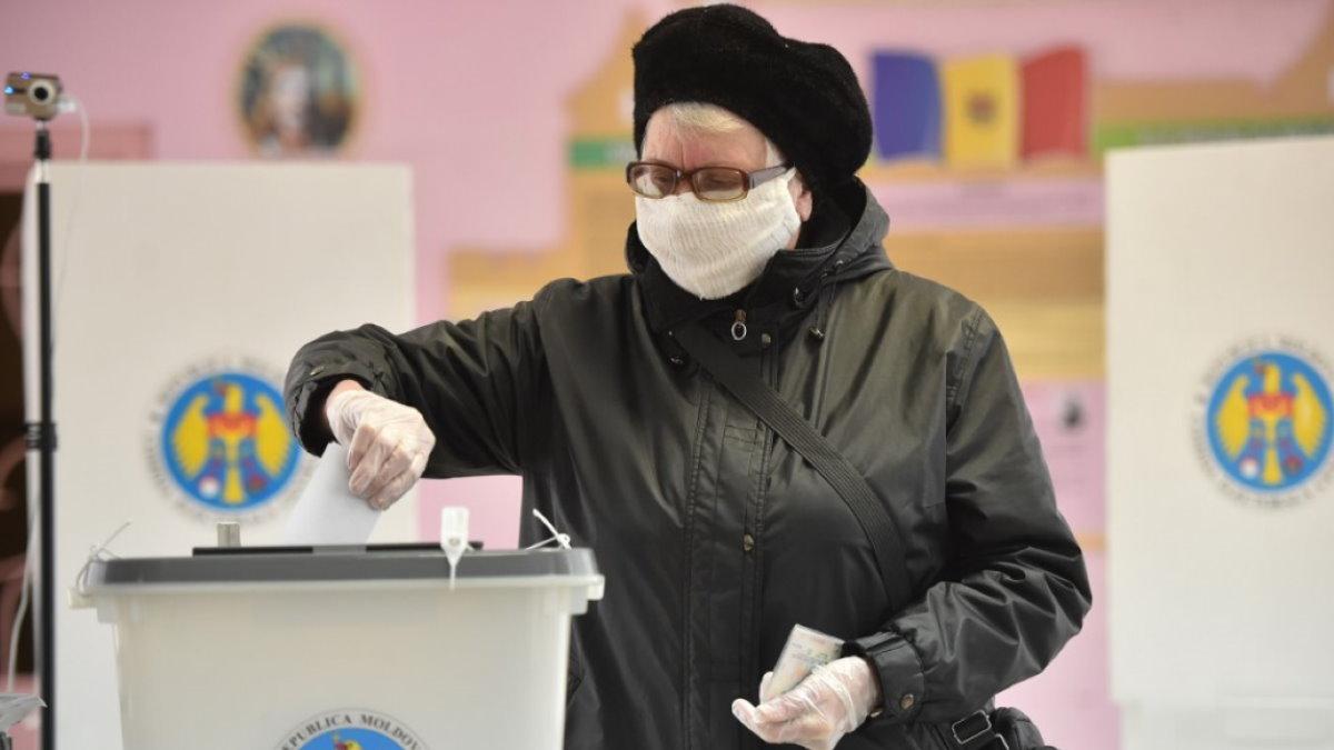 Молдавия выборы голосование избирательная урна бюллетени два