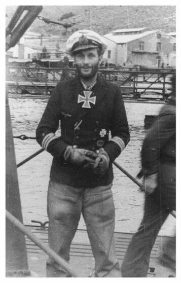 """Победитель """"Бархема"""" , командир подводной лодки U-331 Ганс-Дитрих Тихенгаухен с самодельным Рыцарским крестом на шее"""