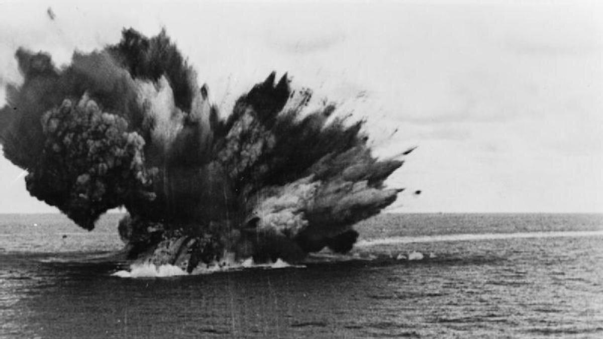 """Момент гибели линкора """"Бархем"""" 25 ноября 1941 г."""