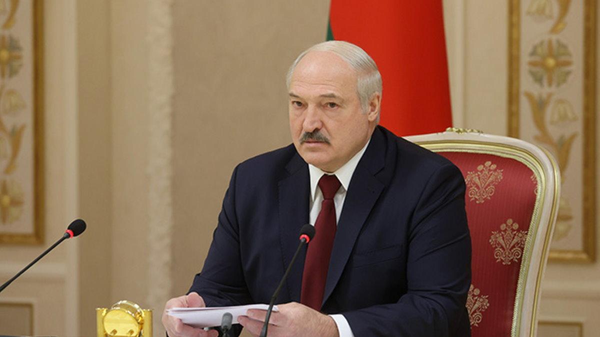 Александр Лукашенко с бумагами