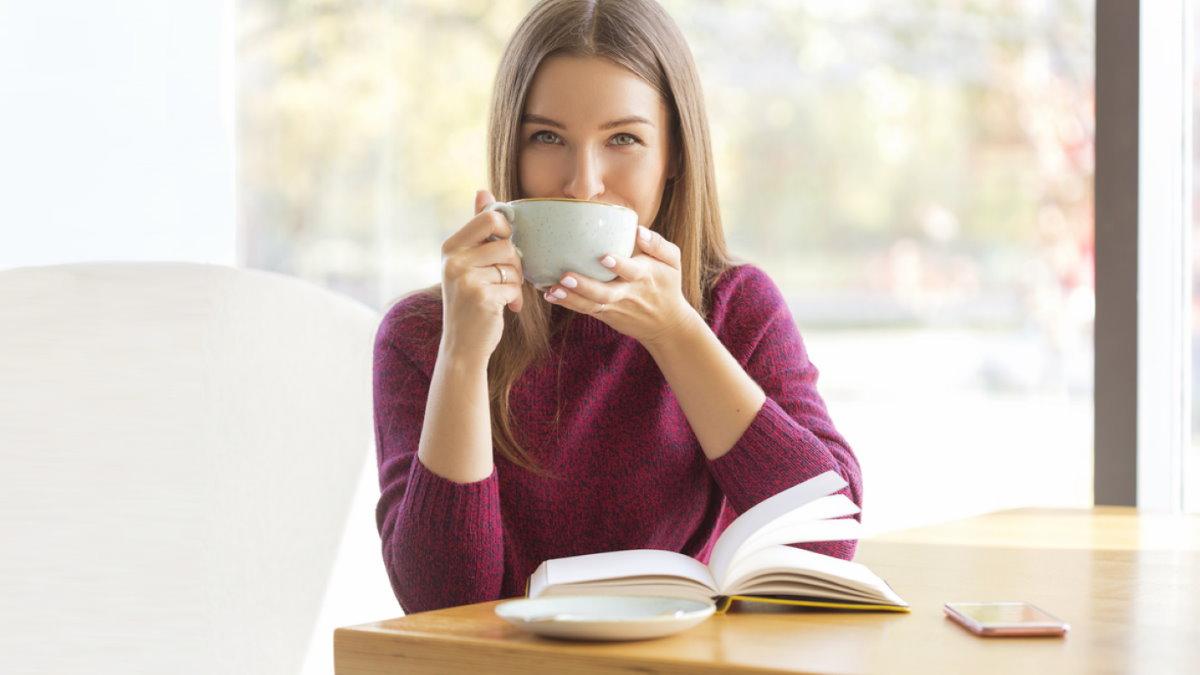 Кружка в руках кофе чай напиток два