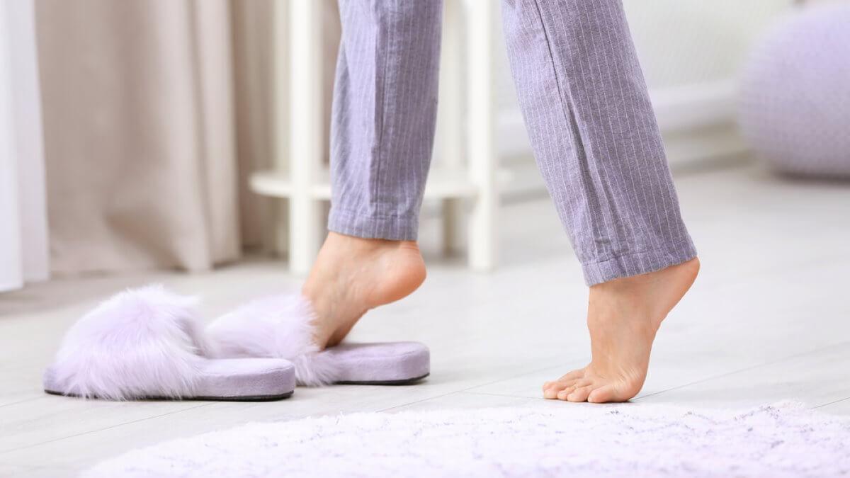 Девушка ноги босиком холодные холодный пол тапочки