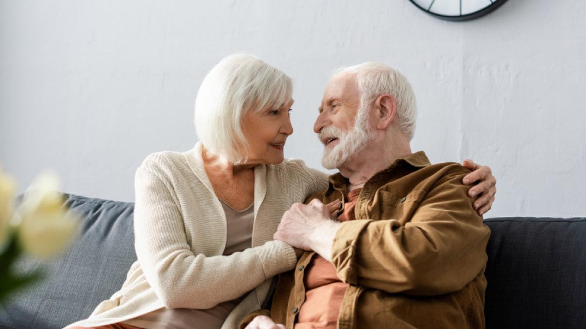 Счастливая пожилая пара долголетие два