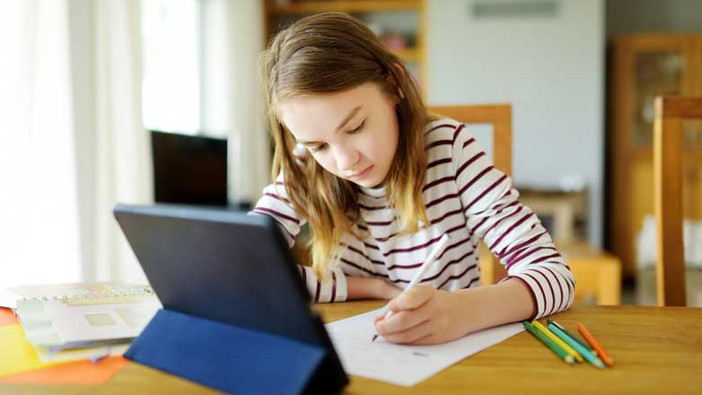 Девочка делает уроки Distance learning format