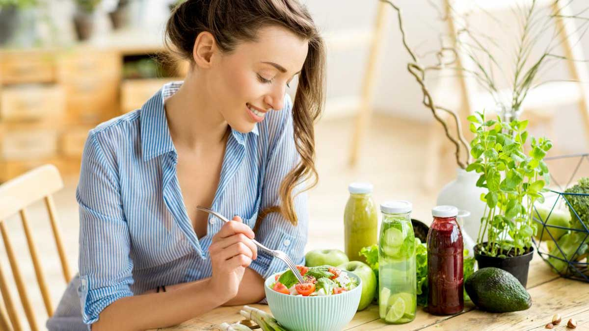 Девушка кушает здоровое питание healthy diet