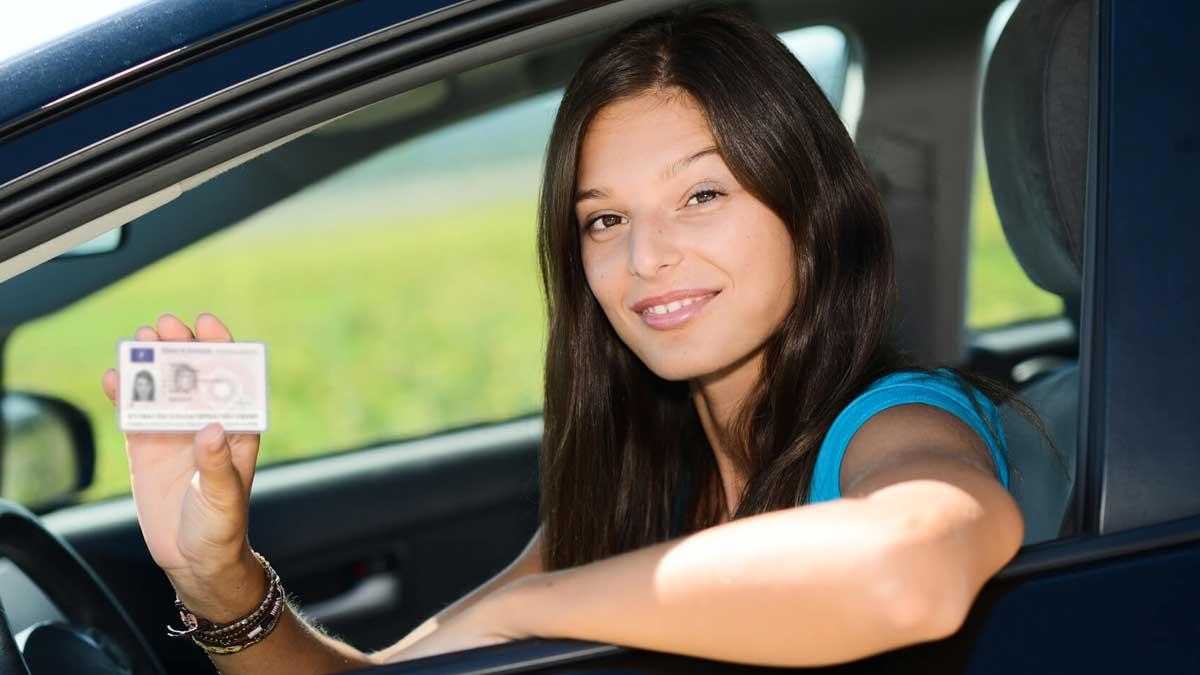 Девушка за рулем права
