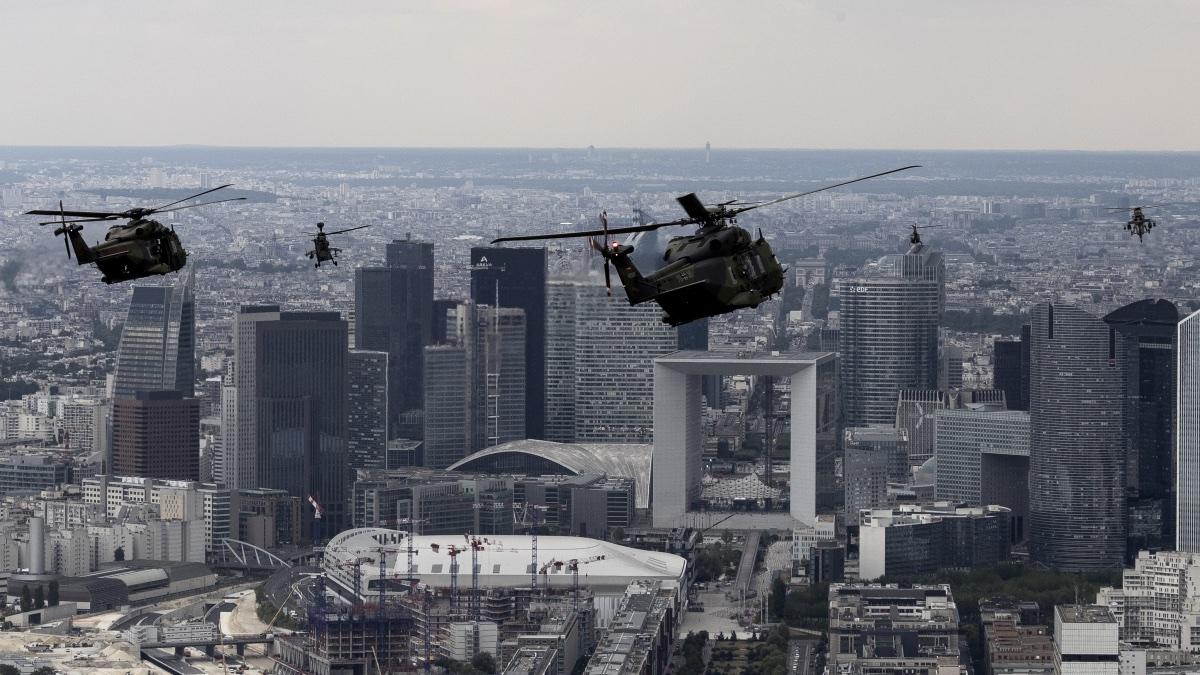 На снимке, сделанном 11 июля 2019 года над Парижем, показаны немецкий и французский транспортный вертолет NH90, французский и немецкий ударный вертолет Tiger и французский вертолет Gazelle, летящие во время репетиции перед военным парадом в честь Дня взятия Бастилии