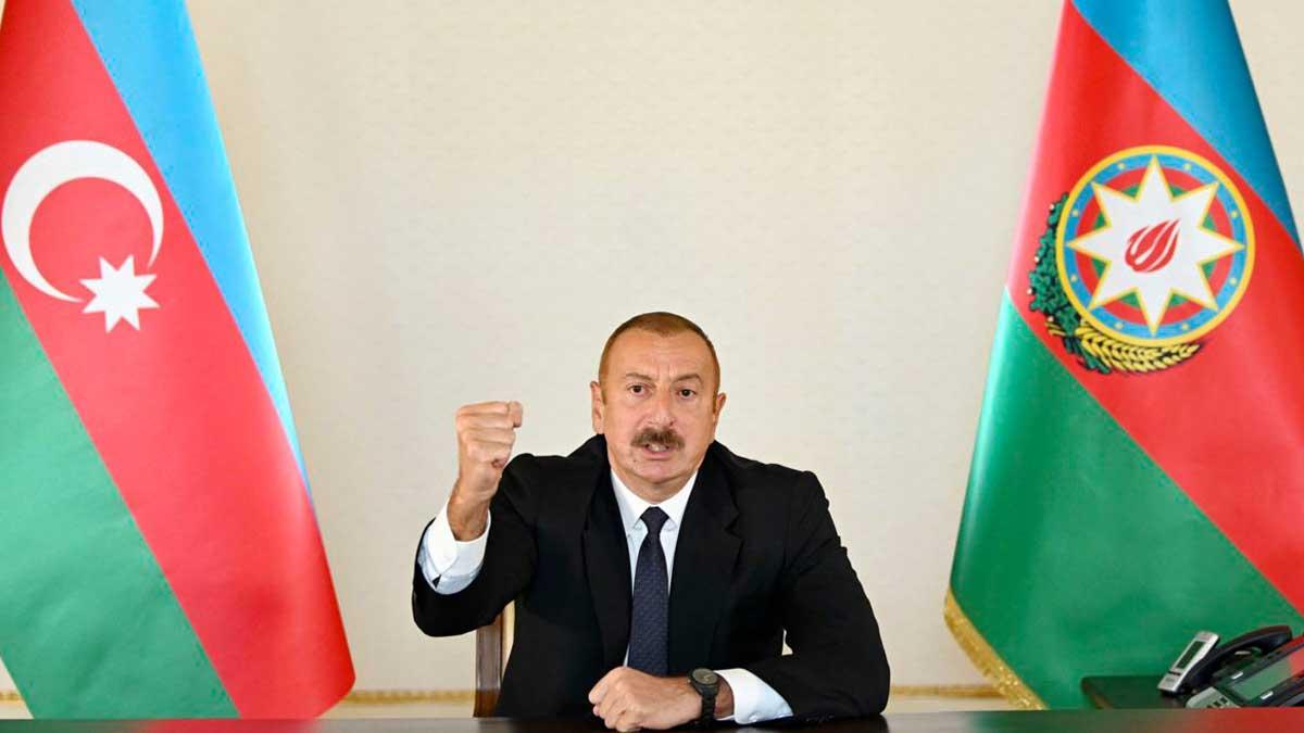 Президент Азербайджана Ильхам Алиев грозит кулаком