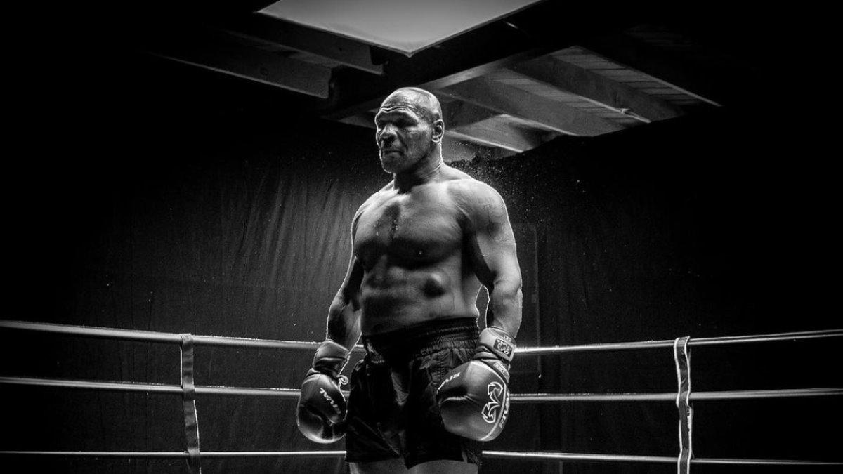 Боксёр Майк Тайсон чёрно-белая