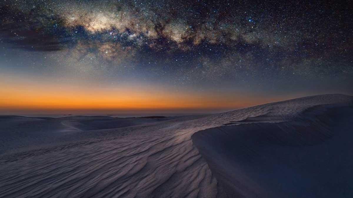 Обратная арка Млечный Путь на песчаных дюнах в Сервантесе Австралия темная материя