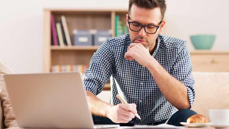 Студент сидит за компьютером дистанционка