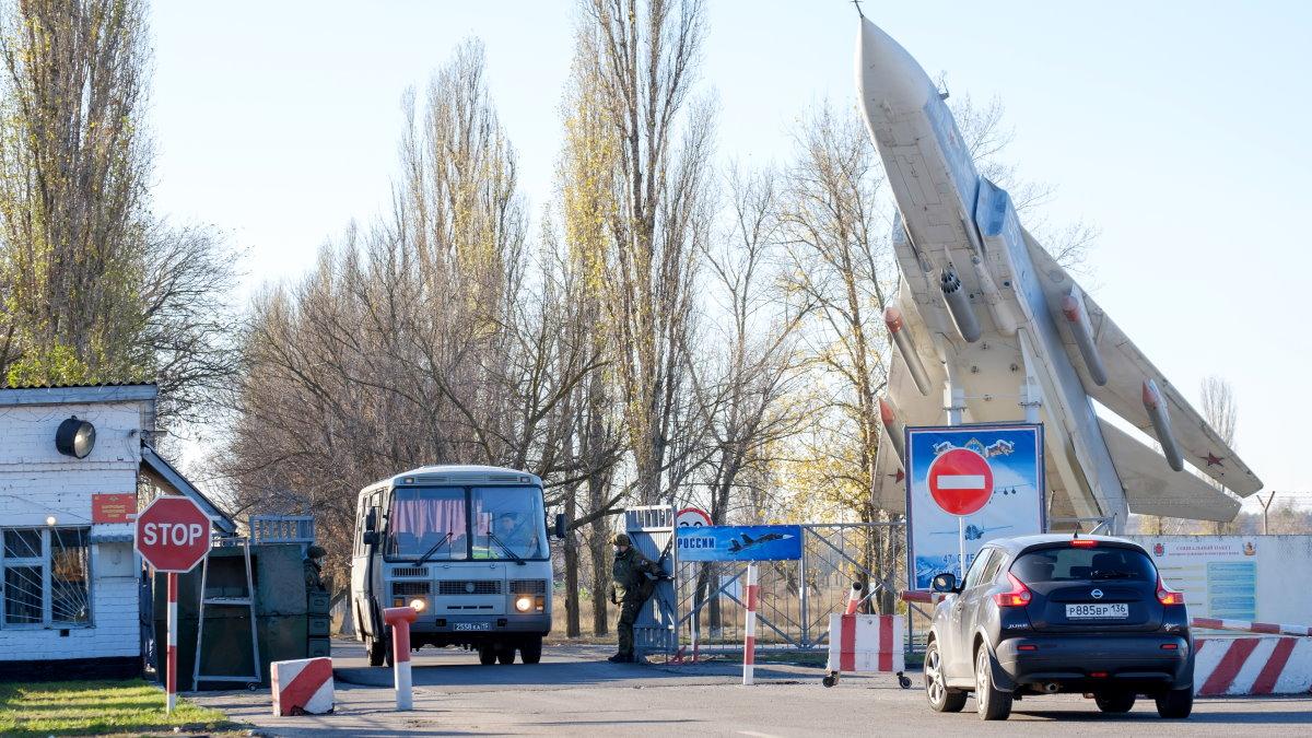 Въезд на военный аэродром Балтимор под Воронежем