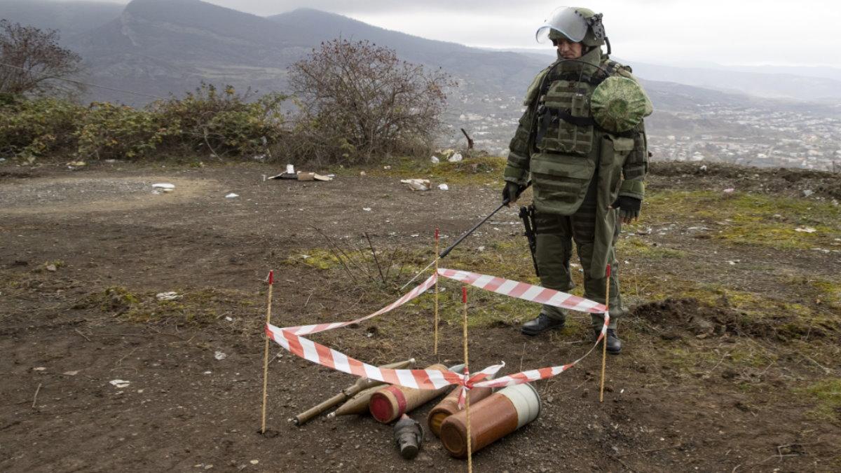 Нагорный Карабах Специалист противоминного центра сапёр разминирование один
