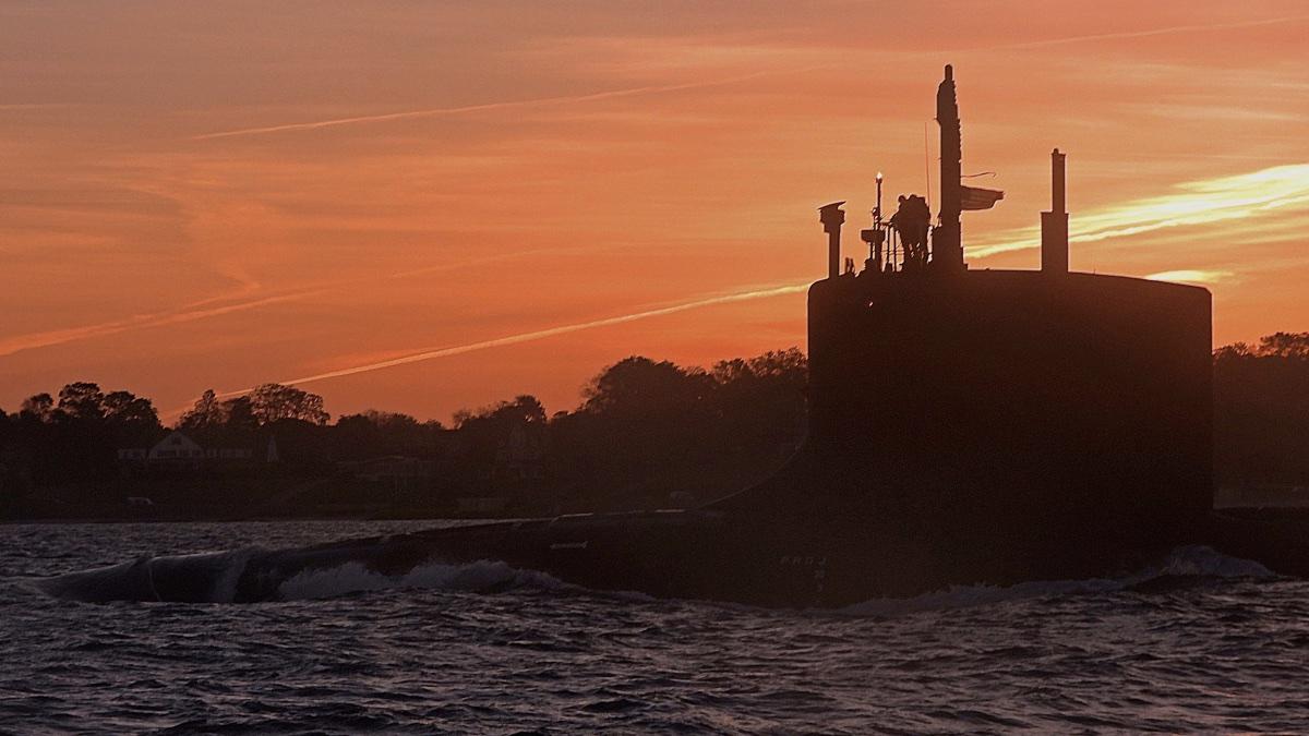 Военный корабль США «Вермонт» (SSN-792) пересекает реку Темзу во время проведения обычных операций 15 октября 2020 г.