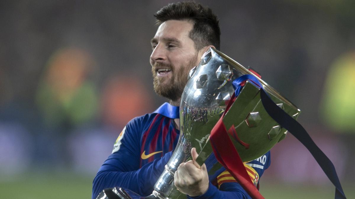 Футболист Лионель Месси с кубком - Lionel Messi