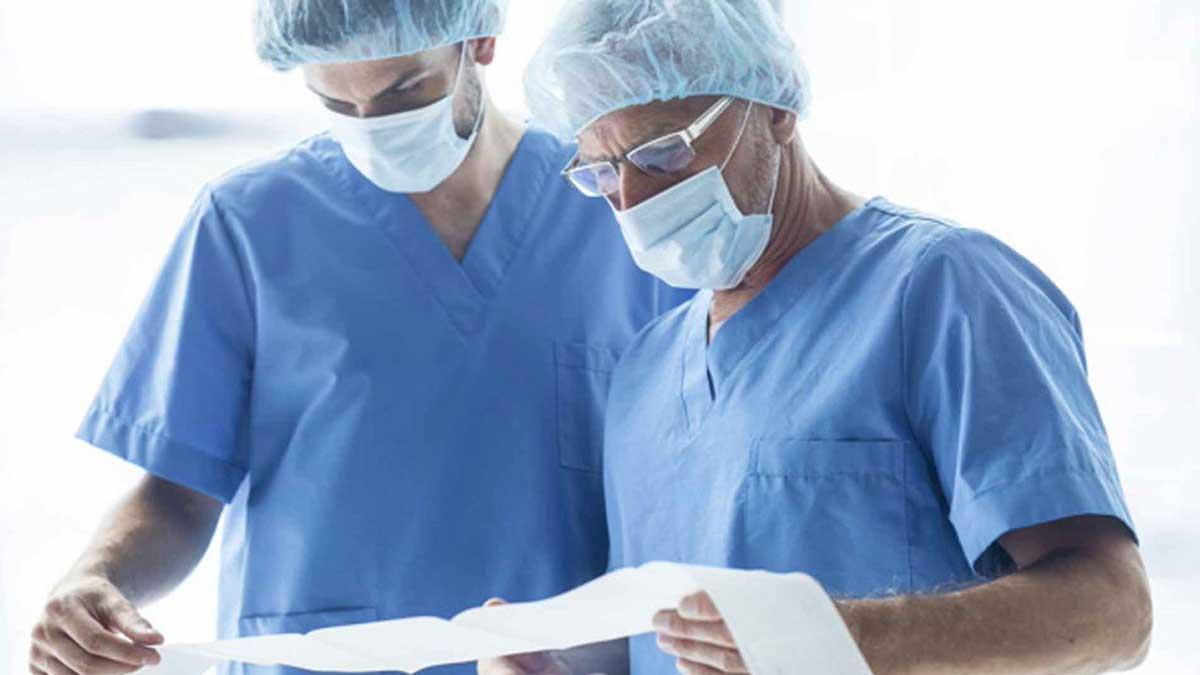 врачи в масках анализы