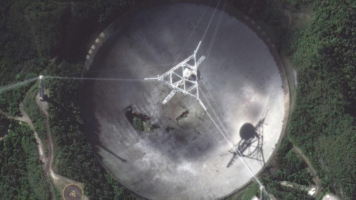 Огромный радиотелескоп Аресибо обсерватория в Пуэрто-Рико разрушается