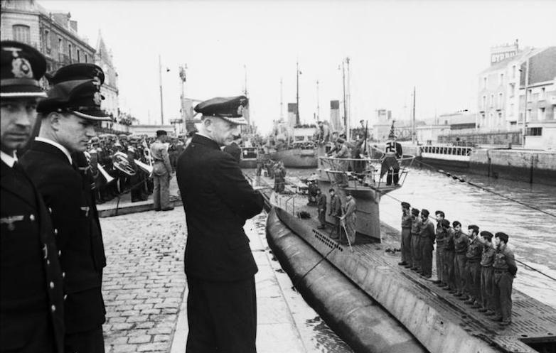 Командующий подводными силами Карл Дениц встречает вернувшуюся из похода подлодку. Сен-Назер, июнь 1941 г.