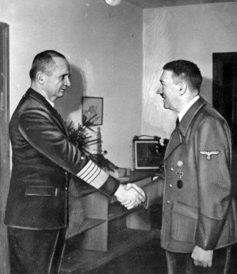 Одна из встреч Деница с Гитлером в бункере рейхсканцелярии, в 1945 году