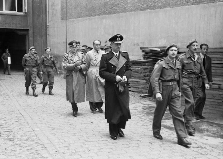 Арест правительства Деница союзниками 23 мая 1945-го. Британские солдаты ведут гросс-адмирала, за ним следуют генерал-полковник Йодль и бывший министр вооружений Рейха Шпеер