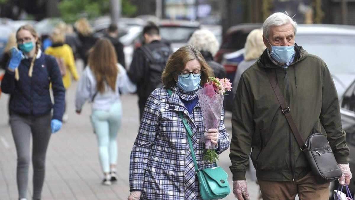 Люди идут по улице в масках