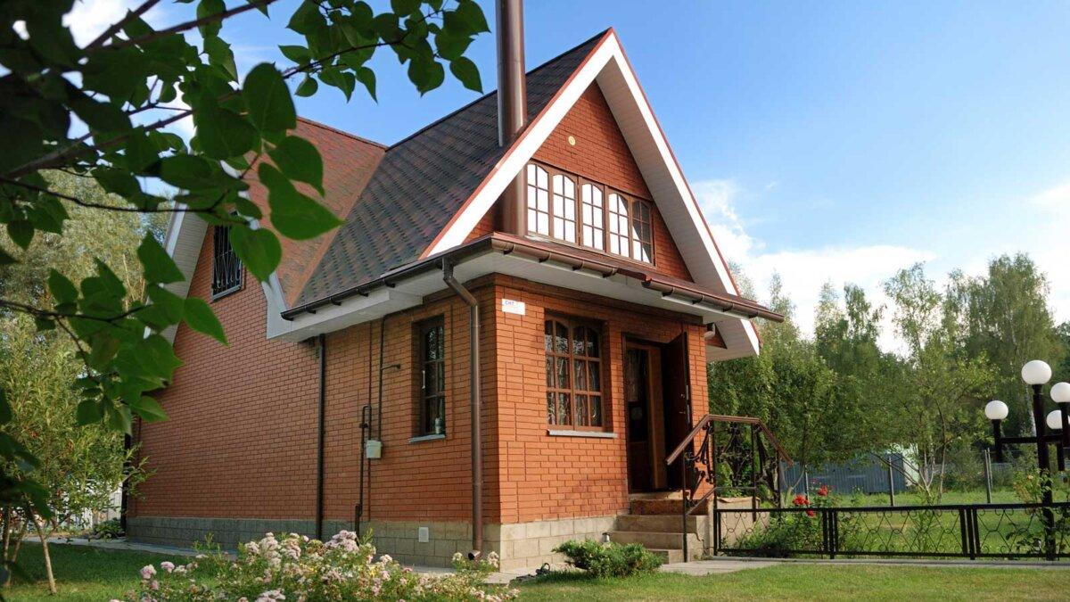 Частный дом крыша modern russian suburban house with lawn