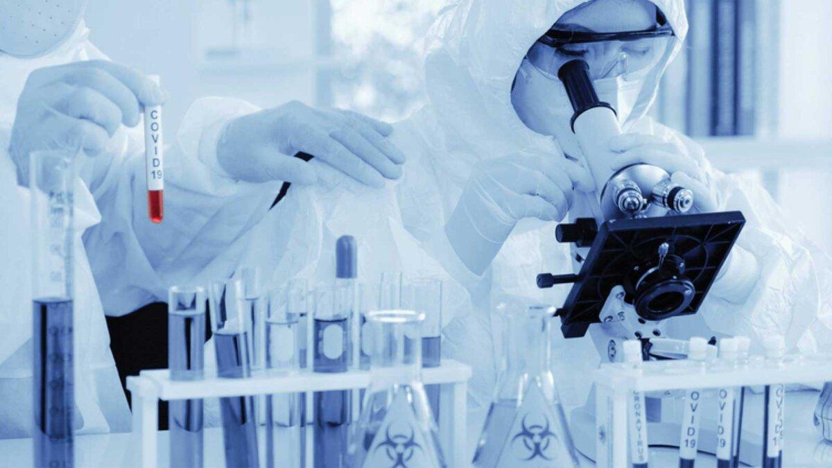 Исследования ученые коронавирус колбы scientist in biohazard protection clothing analyzing covid 19