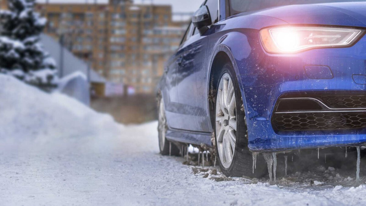 starting engine and warming up the icy car in severe frosts in winter прогрев автомобиля зимой