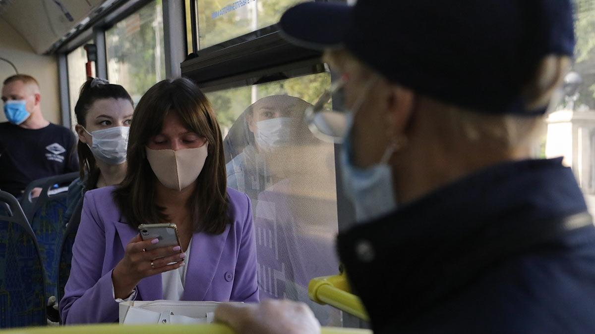 Люди в автобусе в масках общественный транспорт коронавирус