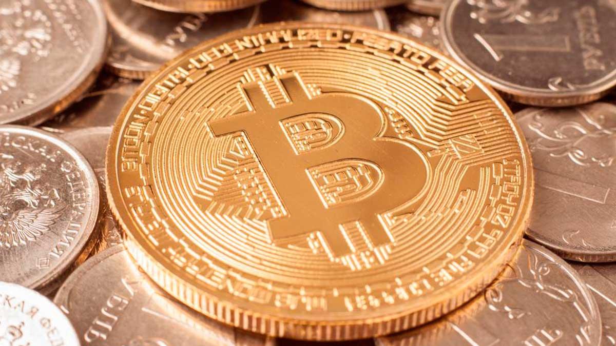 биткоин лежит на рублях