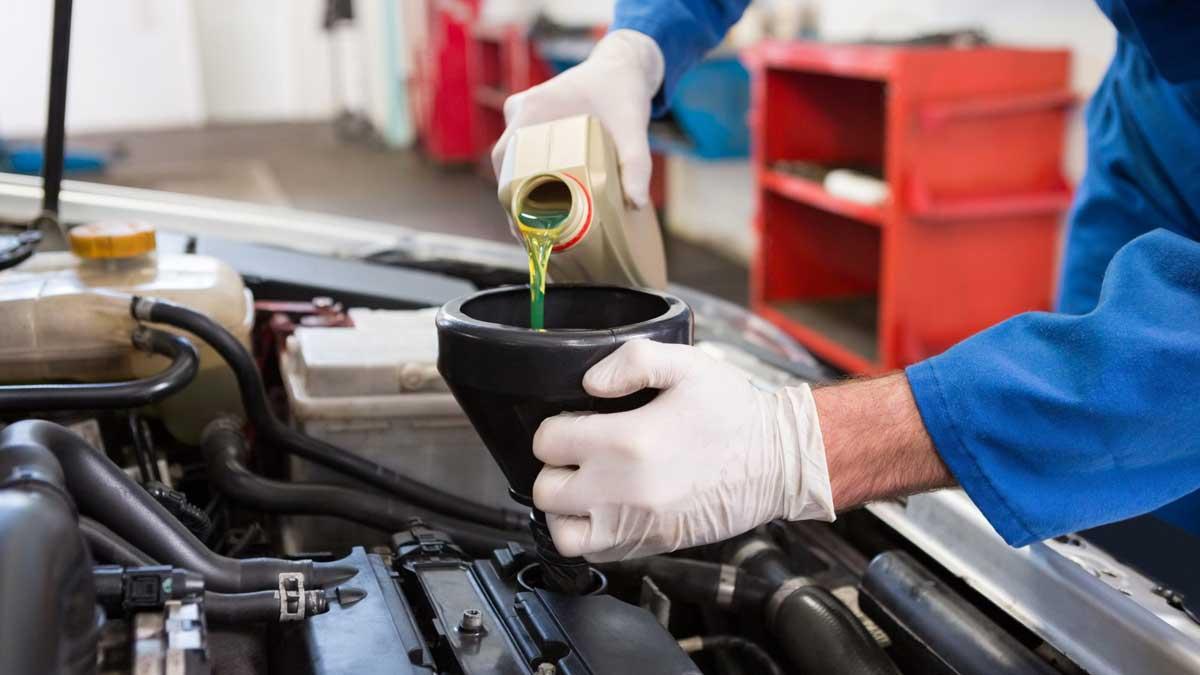 заливают масло в двигатель автомобиль