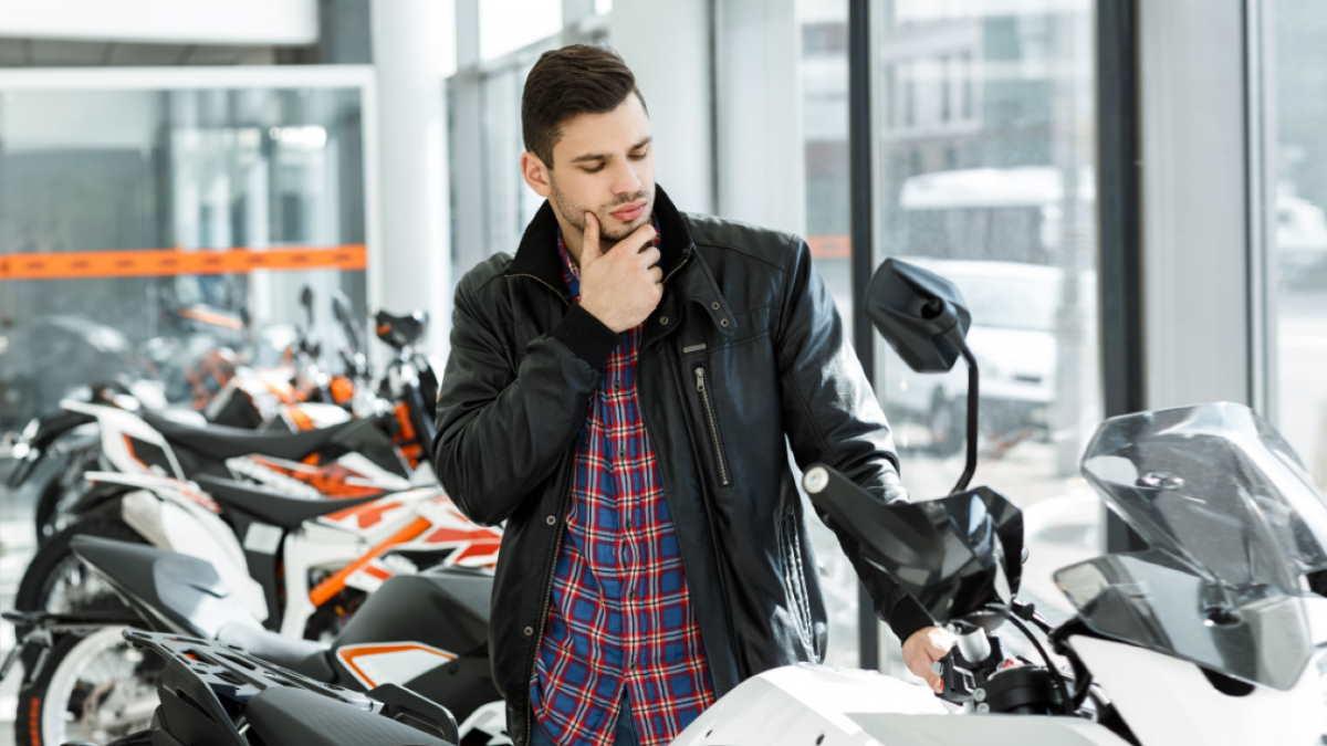 мотоциклист выбирает мотоцикл
