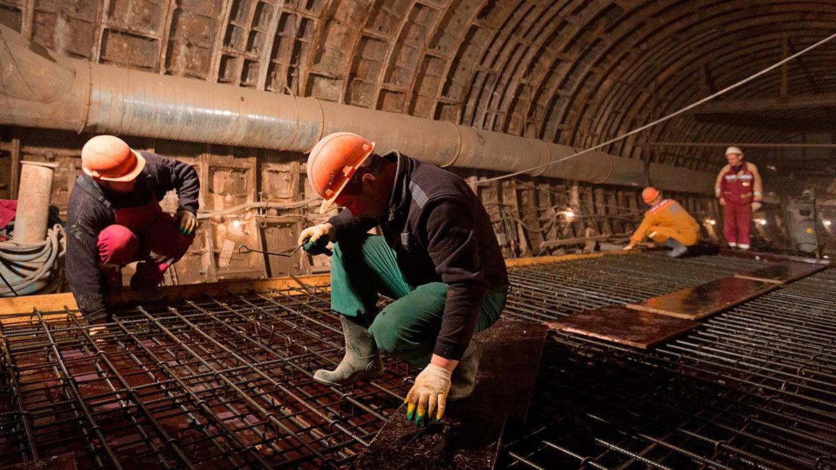 Строительство станции метро рабочие