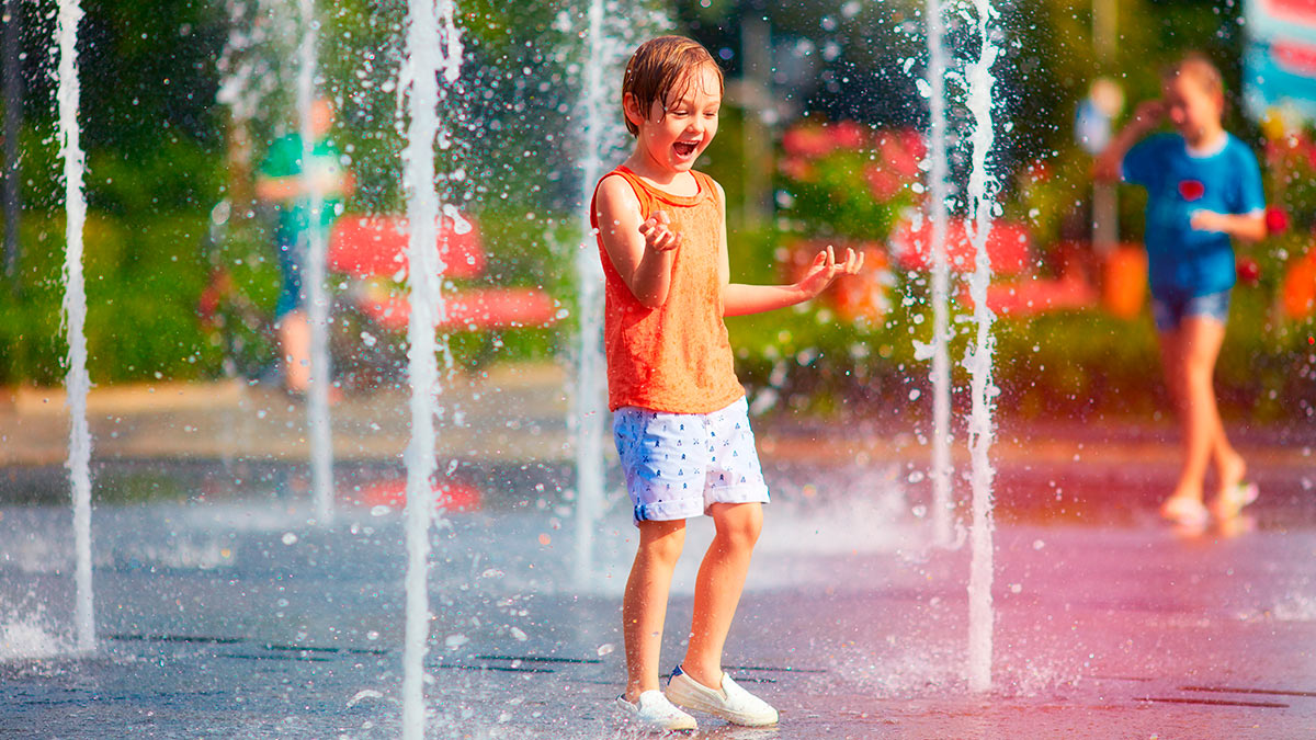 мальчик купается в фонтане