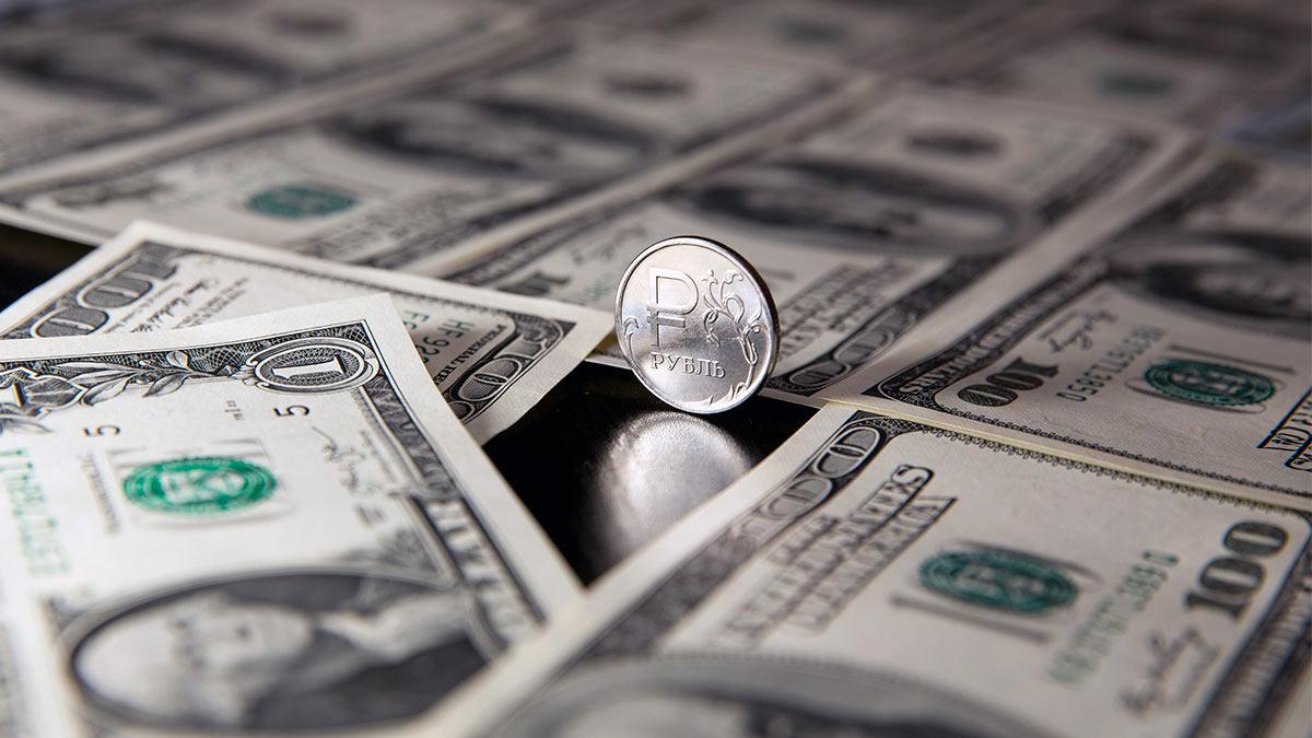 рубль среди долларов