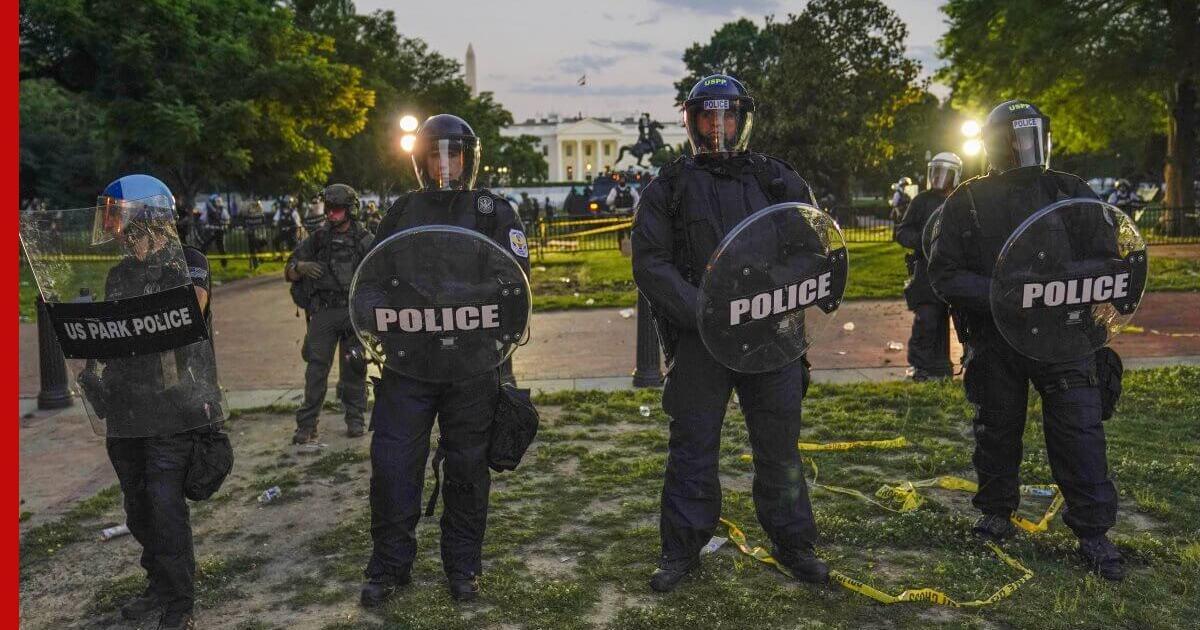 Подходы к Белому дому перегородили тяжелой военной техникой